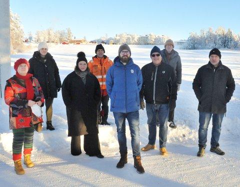 SYKEHUSALLIANSE: Paula Elvesveen (MDG),  Kristine Liodden (MDG), Tonje Bergun Jahr (Ap), Stian Pettersbakken (Ap), Stian Olafsen (Ap), Stig Vestlie (Frp), Tor Sundheim (Rødt) og Per Erik Bergstuen (Frp) trosser kuldegrader for å markere at de vil videreutvikle sykehusene på Gjøvik og Reinsvoll.