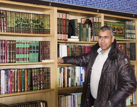 I moskeen: For en mislim er moskeen et sentralt sted, også for lederen av Islamsk kulturforening i Larvik, Mohammed Zaidan. foto: roger W. Sørdahl