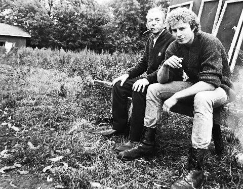 Fasanoppdrettere: Her sitter Arnt «Malmøya» Johansen (til venstre) og Roy Sandberg under en sjelden pause på Malmøya. Bildet er fra 1984.