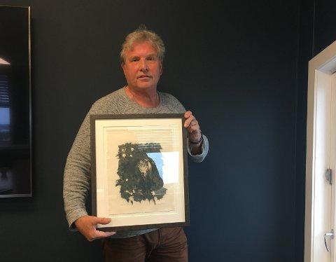 Øysten Glenne Kristiansen er fotograf fra Larvik, og er premiert i Black and White Magazine for bildet han holder orginalen av på bildet over.