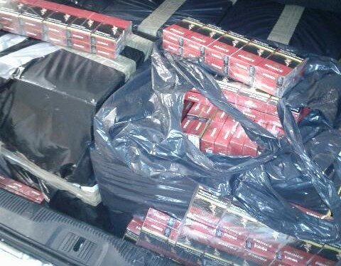 TOK SJANSEN: 90.000 sigaretter og 20 kilo tobakk lå pakket i svarte plastsekker i bagasjerommet på bilen da kameratene ble stoppet.