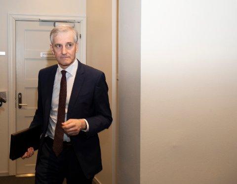 Arbeiderpartiets leder Jonas Gahr Støre er saksordfører for kriseloven og jobber for å lever en innstilling før stortingsmøtet klokka 12 lørdag.