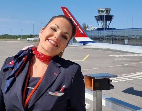 FORNØYD: Tina Mari Halvorsen (28) er kjempeglad for å være tilbake i jobb som flyvertinne for Norwegian. Hun var permittert i ett år og tre måneder før hun fikk komme tilbake på vingene.