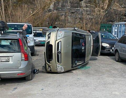 Ifølge vitne skal de to som var i bilen ha kommet seg greit ut.