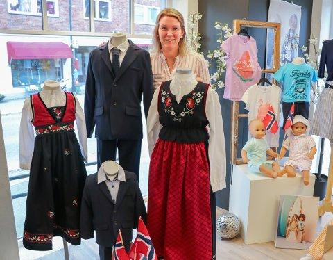 POPULÆRT: Kristin Kirkeng, daglig leder ved Retro, merker at både barn og ungdom gjerne vil ha bunad eller festdrakt.