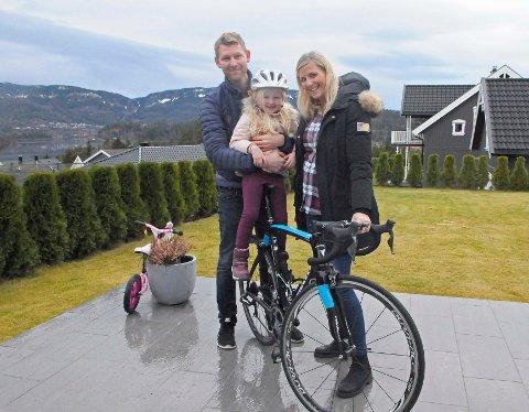 På hjemmebane: Gabriel Rasch, JennyStrand Rasch (4) og Merethe Strand Halvorsen trives i nedre Steinsåsen.