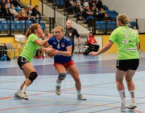 TROR DET VIL TA NOE TID: Mina Gustavsen er fornøyd med hvor langt nykomponerte HSK har kommet, hun tror det vil ta noe tid før laget er skikkelig samspilt. Onsdag vant HSK-damene 30-23 over Follo 2.