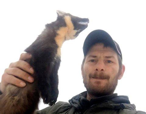 LITE Å TJENE: Det er lite å tjene på å selge skinn i dag, fastslår Even Stillerud, her med en mår. Han solgte pels til en auksjon, men fortjenesten dekket knapt portoen.