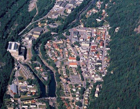 EIENDOMMER: 50 eiendommer omsatt i Tinn i juli. Her et luftfoto over Rjukan  tatt av Åsmund Tynning. (arkivfoto)