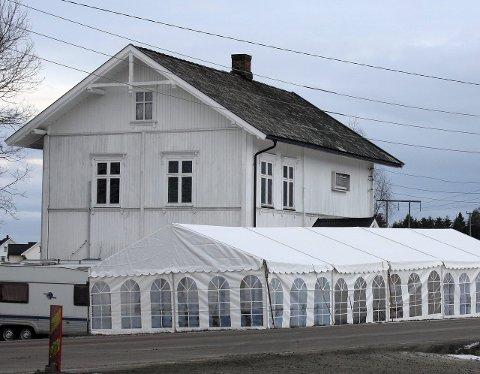 UØNSKET: Kommunen mener partyteltet foran bedehuset var et bevis på at motorsykkelklubben fortsatt bruker eiendommen.
