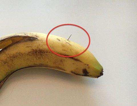 STAKK UT: Synålen stakk ut fra bananen slik. Madeléne Leidland er glad for at det var hun som fikk bananen og ikke et lite barn.