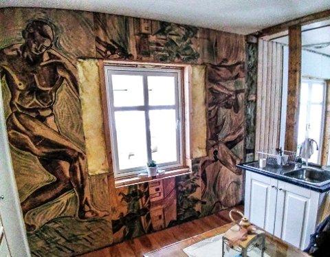 KUNST PÅ VEGGEN: På sørveggen i kjøkkenet er det avdekket hva man kan kalle kunstnerisk utfoldelse.