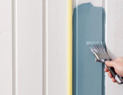 Maskeringstape er et godt hjelpemiddel. Maler du overgangen mellom tape og vegg først med bakgrunnsfargen, og deretter kontrastfarger, unngår du rufsete overganger.