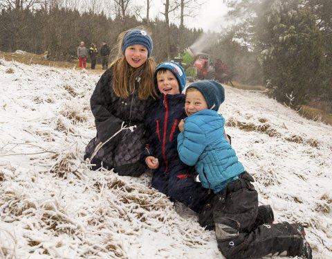 SNØ: I helgen prøvde velforeningen å lage snø med snøkanoen. Forventningsfulle barn er Kaia Orderud (8), Anton Orderud (6) og Henrik Risbråthe (6).