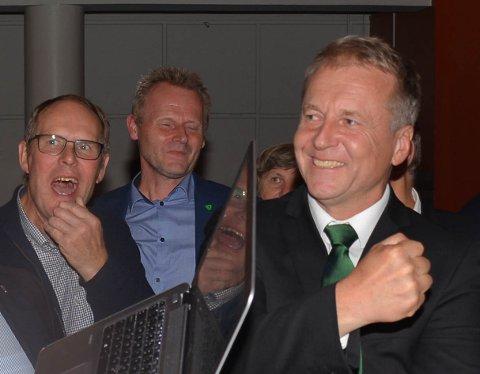 Ordfører Saxe Frøshaug kan glede seg over at Indre Østfold kommune har 178 millioner kroner til gode i for mye betalte pensjonspremier over tid.  . Så glad har vi ikke sett ham siden valgnatta, da dette bildet ble tatt.