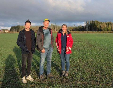 LÆRERIKT: Både mentor Per Kristian Solberg og de unge bøndene Simen Johansen og Line Nygaard forteller at de lærer mye av å være med i mentorordningen.