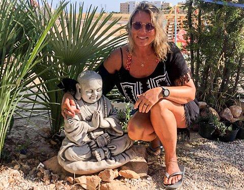 BUDDHA: - Det føles helt trygt selv om Spania betegnes som blodrødt med tanke på korona, og så har jeg fått meg en liten buddha her nede, sier Inger Berit Wibergsveen i Orihuela costa la zania. Søndag er hun imidlertid på vei hjem igjen etter ti dager i Spania.
