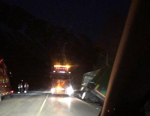Et vogntog kjørte av veien på Rv 70 sent tirsdag kveld. Bergingen stengte veien nesten fem timer.