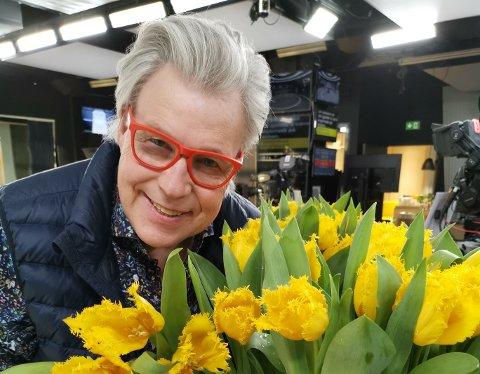 FORGLEM MEG EI: I løpet av foredraget lager Schjøll blomsterdekorasjoner live på scenen. – Jeg bruker det som visuelle huskelapper, forteller han.