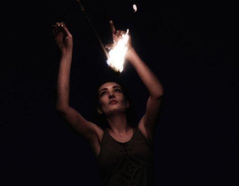 DANSER MED FLAMMER: Benedicte Rosensverd finner roen når hun setter på musikken, og danser med flammene.