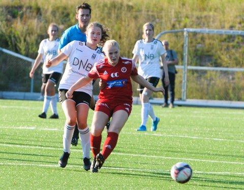 NOTORISK MÅLSCORER: FK Eik Tønsberg spilte sin første offisielle damekamp mot Fart i 1. runde NM onsdag kveld. Pia Tormodsrud (t.v.) scoret lagets eneste mål på en lobb fra langt hold.