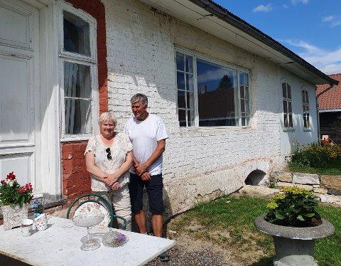 TILBAKE TIL OPPRINNELIG STAND: Berit og Tore Hagen arbeider målrettet for å restaurere bygninger og hage til opprinnelig stand ved landhandelen på Børsvoll.