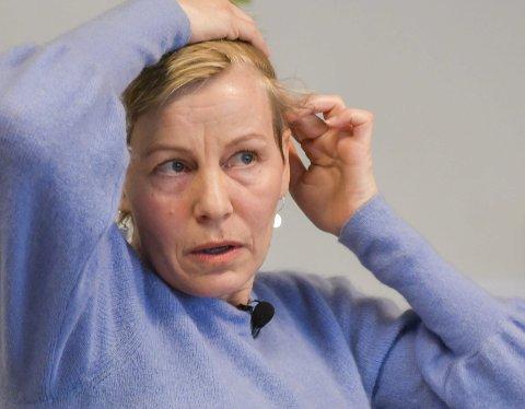 Glioblastom: Cecilie Granerud viser russen hvor svulsten sitter. - Jeg er stolt av dere som vil gå med bøsser, sier hun i forkant av aksjonen. Cecilie setter pris på å kunne bidra til Krafttak mot kreft selv. - Det styrker meg også, sier hun.Foto: Mette Urdahl