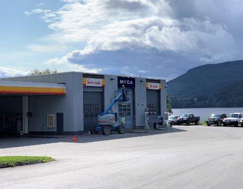 ANSIKTSLØFT: Malerarbeidet er godt i gang på fasaden til Shell Fagernes. I høst skal bensinstasjonen også pusses opp innvendig.