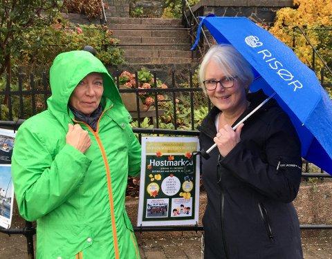 Mona Rhein(tv) og Unni Olimb Norman i Risør By AS lover høstmarked uansett vær.