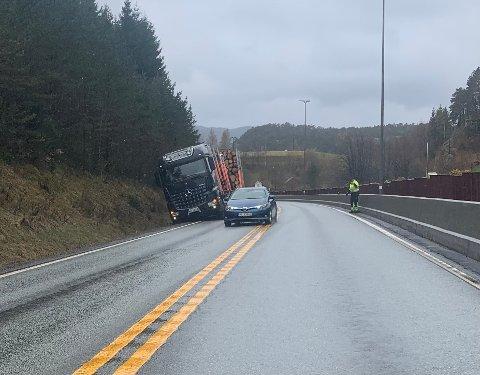 UHEELDIG: Trailersjåføren var uheldig da han skulle slippe forbi utrykningskjøretøyet; veiskulderen gav etter for den tunge bilen.