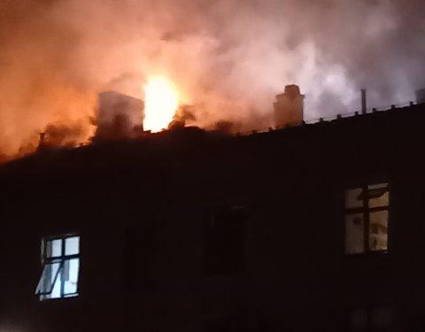 KRAFTIG BRANN: – Det blir nok en langvarig situasjon, sier brannvesenet som jobber med slokking.