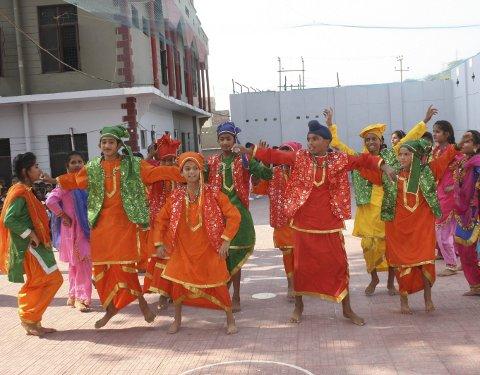 1 Indisk kultur: Her ser vi skulebarna vise fram eit kulturprogram, i fargerike drakter.  2 SKULEUNIFORM: Litt av elevflokken på slumskulen.  3 BARNEHEIM: Unni Hindenes på barneheimen i Jammu.  4 deler ut GÅVER: Rasmus Soltveit deler ut gåver til skulebarna i Jammu.  5 PÅ SKULEBENKEN: God stemning i eitt av klasseromma. Alle foto: Nordhordland  bibelsenter