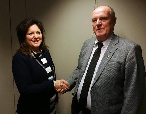Avtroppende ordfører Dagfinn Arntsen og påtroppende ordfører Susan Berg Kristiansen på Værøy.