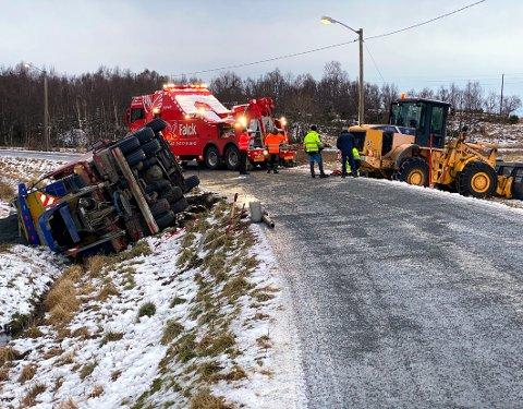 Tungt løft: Det måtte sterke krefter til for å få det tunge kjøretøyet opp av grøfta igjen etter hendelsen på den såpeglatte fylkesveien til Buvåg.