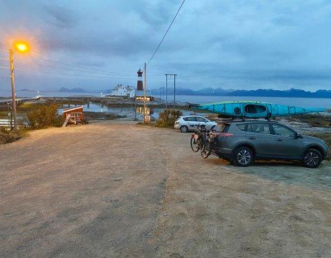 Lite ledig: I sommer har det vært vanskelig å finne parkeringsmuligheter ved Tranøy fyr. Det skal det snart gjøres noe med.