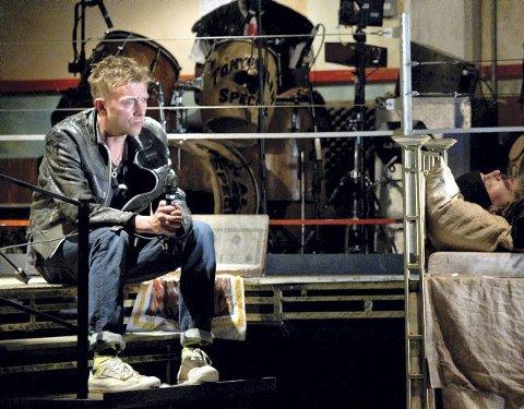 Damon Albarn i en scene i operaen «DR Dee» hvor Stephen Higgins var musikalsk veileder.
