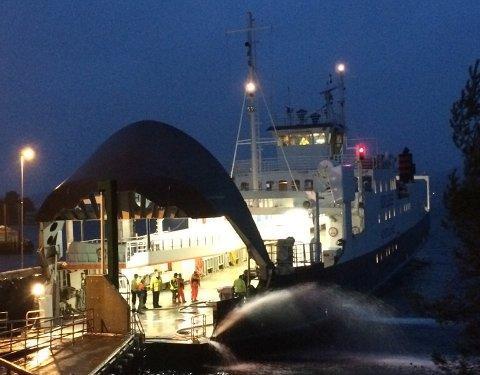 Torsdag morgen måtte 19 personer evakuere fra MF «Hordaland» da den begynte å ta inn vann.