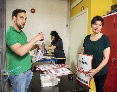 Mads Wiik Kleven i Unionen fagforening hjelper Fauzia Hussain-Wiik i Fagforbundet Hordaland og Anne Åsheim (t.h.) i Postkom Vestlandet med å lage håndplakater til arbeidernes internasjonale demonstrasjonsdag.