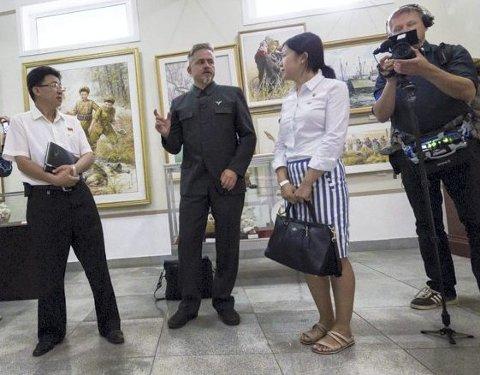 Tommy Gulliksen (til høyre) sammen med kunstneren Morten Traavik i Nord-Korea.