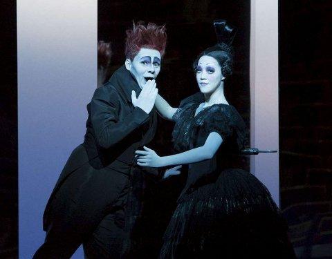 Til Bergen: Hovedpersonen Nathanael spilles av den tyske sangeren og skuespilleren Christian Friedel, her sammen med dukken Olimpia.Foto: LUCIE JANSCH