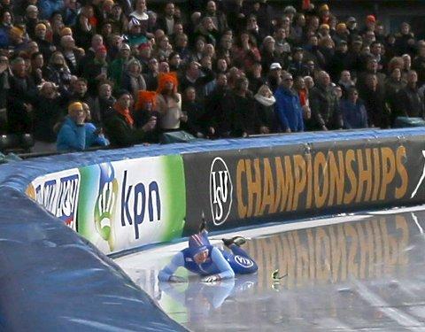 Sverre Lunde Pedersen lå an til å vinne et suverent VM-gull, men falt omtrent ti runder før mål på 10.000 meteren.