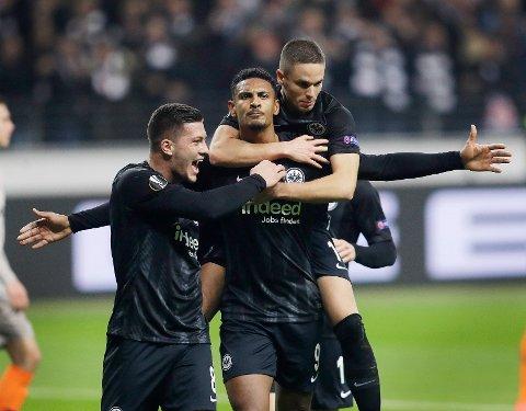 Frankfurt og Sebastian Haller (midten) jubler sammen med Luka Jovic og Mijat Gacinovic etter seieren hjemme mot Shakhtar Donetsk i forrige runden. Vi tror tyskerne også vinner torsdagens kamp mot Inter. (AP Photo/Michael Probst)