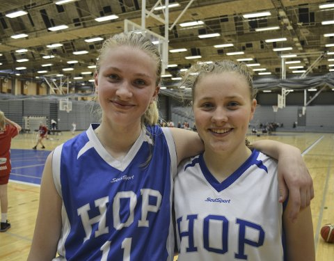 Hop-spillerne Christina Brevig Ørner (blå) og Ane Schanke-Næss (hvit) er henholdsvis tatt ut til en talentsamling i Tønsberg og juniorlandslaget. FOTO: SINDRE WIIK