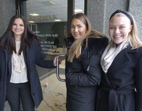 Fra venstre Kaisa Kvamme, Karoline Fredheim Nilssen og Hanne Sagen Havsgård sier farvel til sine tidligere jobber i veletablerte eiendomsmeglerfirmaer for å starte eget meglerkontor her i Teatergaten. FOTO: EIVIND A. PETTERSEN