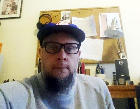 Nate Wooley lager egne ansiktsmasker på hjemmekontorene i Brooklyn.