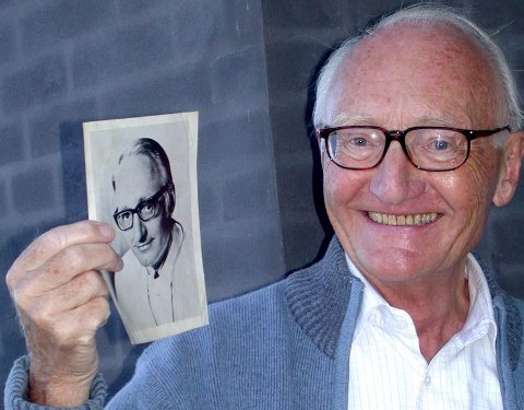 UNG OG GAMMEL: Erik Münster med bildet som fulgte ham og gjorde ham kjent da han skrev spaltene sine i over 80 aviser, deriblant BA. Nå er denne legenden død.FOTO: TOVE GULBRANDSEN