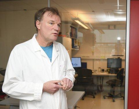 Elling Ulvestad, leder for Mikrobiologisk avdeling på Haukeland sykehus, forteller at de har satt inn ekstra mannskap for å håndtere mengden med prøver som sendes inn.