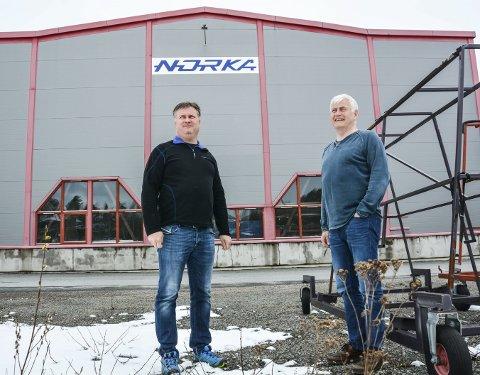 OMSTILLINGSVILLIGE: Narve og Yngve Østenengen jobber hele tiden med å tilpasse seg et omskiftelig marked som blant annet påvirkes av aktiviteten i anleggsbransjen. Fabrikk i Latvia kombinert med fortsatt drift på Nerstad er for tiden oppskriften på videre liv for Nor-Ka.