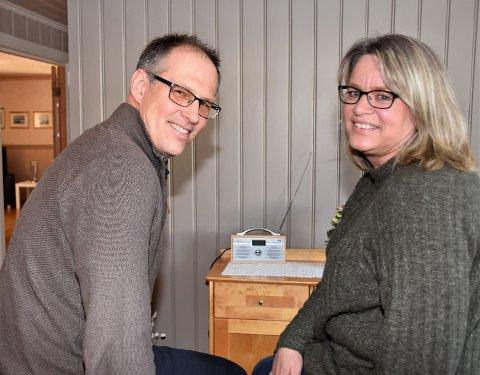 STOLTE FORELDRE: Nils Anders og Tone Lien fulgte datterens gulløp fra sofaen i Åmot og er stolte over hva datteren fikk til.