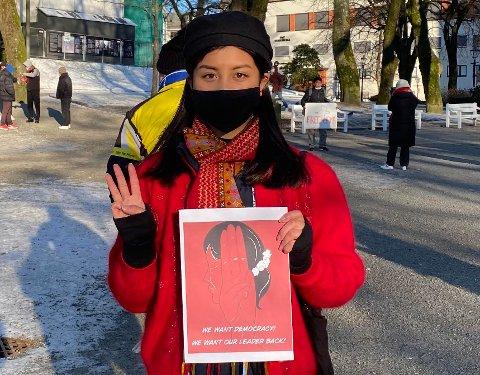 Solomy Hmung brukte maske og var nøye på avstand under demonstrasjonen. – La oss bruke vår stemme til å formidle det som skjer i Myanmar. Vi som er fra utlandet er deres eneste håp for frihet og demokrati.